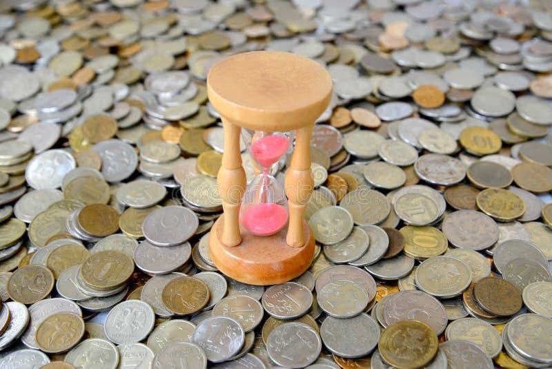 Hourglasses stoją na Rosyjskiej kruszcowej walucie Czas jest mone obrazy royalty free