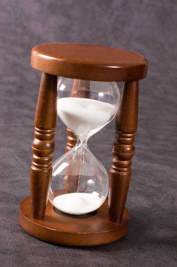 Hourglasses velhos em um cinza imagem de stock royalty free
