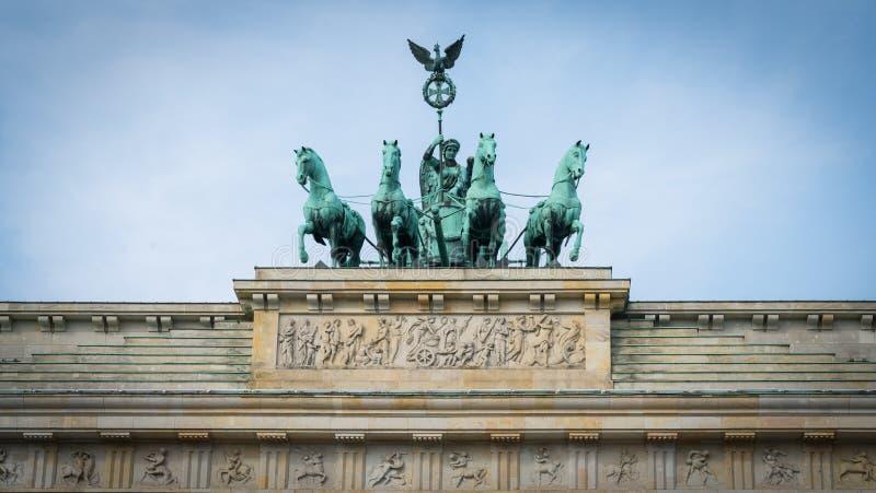 Hourses de bronce de la estatua cuatro que tiran del carro encima del Branden foto de archivo libre de regalías