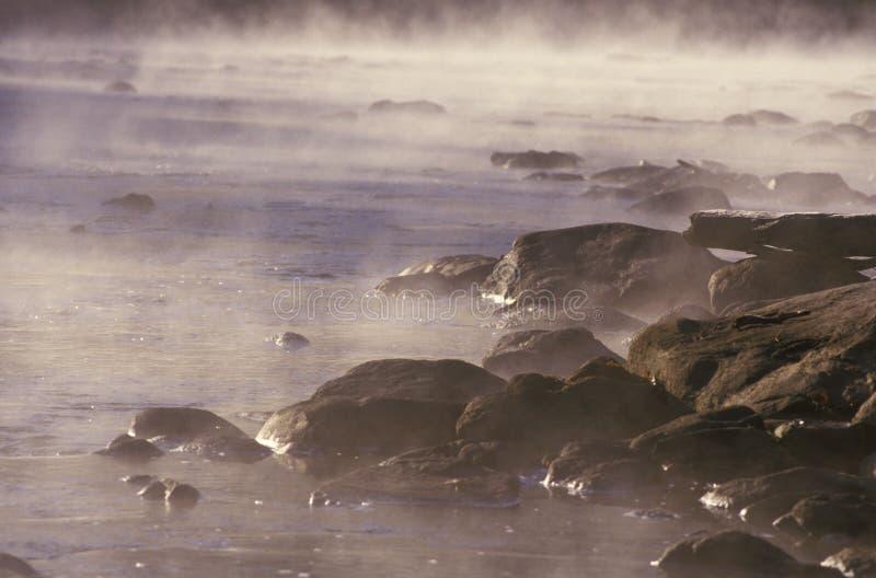 Housatonic Fluss mit Morgen-Nebel stockbilder