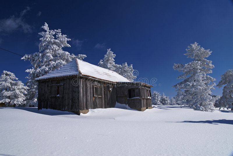 house lantlig snow royaltyfri foto