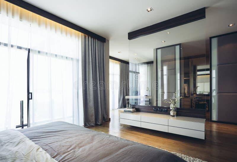 House Modèle Moderne Italien : Chambre à Coucher Grise Et Blanche De ...