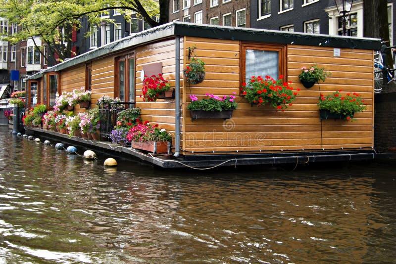 Houseboat på Amsterdam arkivfoton