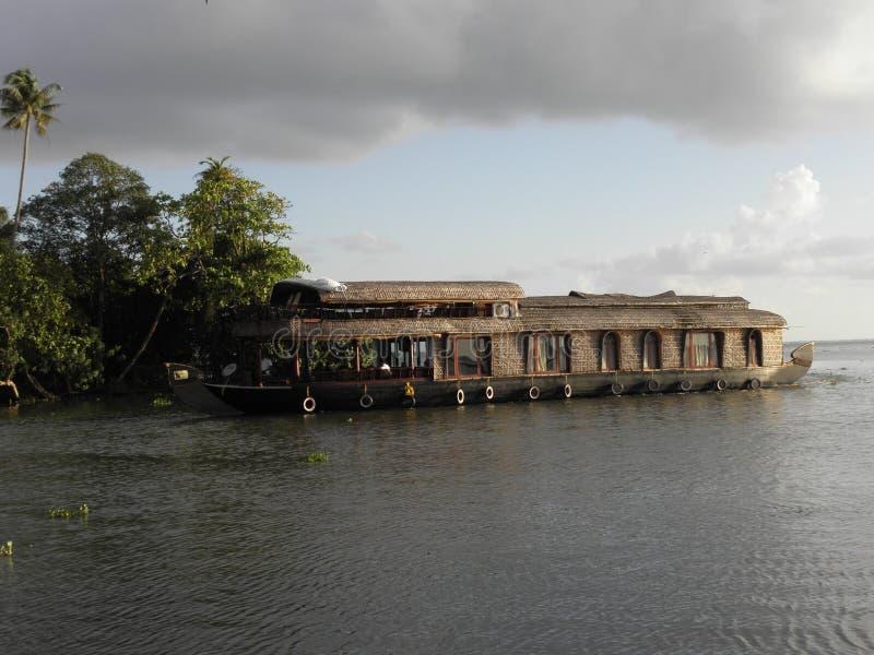 Houseboat przy lądowaniem obraz stock