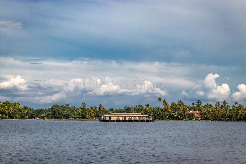 Houseboat z niebem i drzewkiem palmowym zdjęcia stock