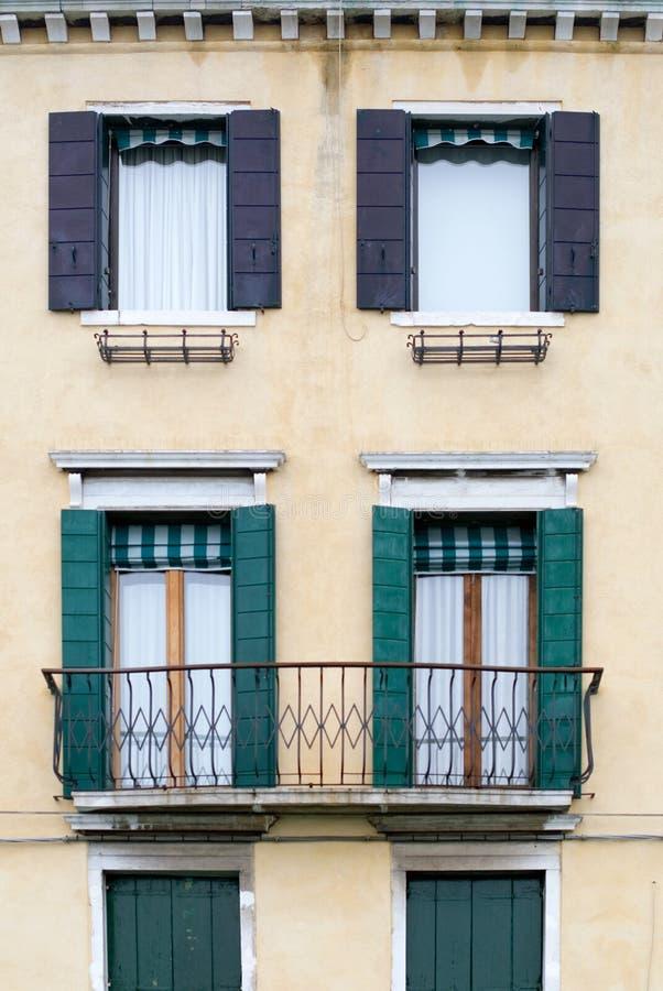 Housefront avec des obturateurs d'hublot photo stock