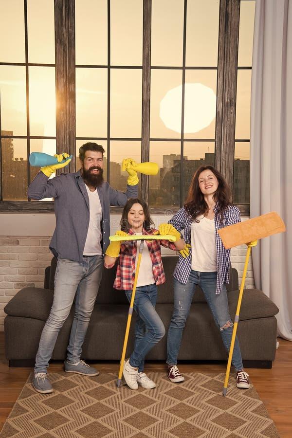 Householding? 为生活做准备 家庭干净的房子 幸福家庭举行清洁产品 母亲,父亲和 免版税库存照片