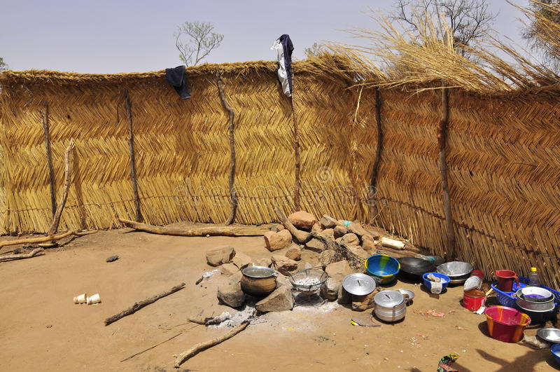 Househols africains intérieurs dans un village image stock