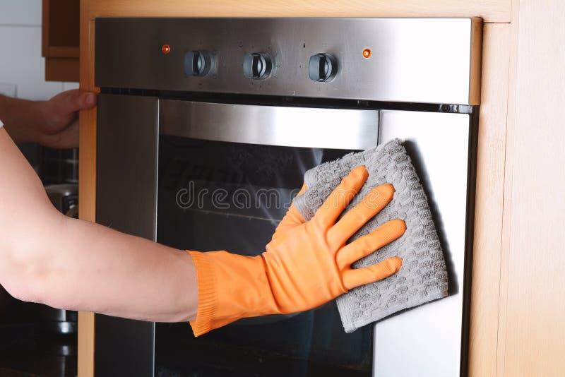 Housekeeping cleaning piekarnika kuchnia w domu obrazy stock