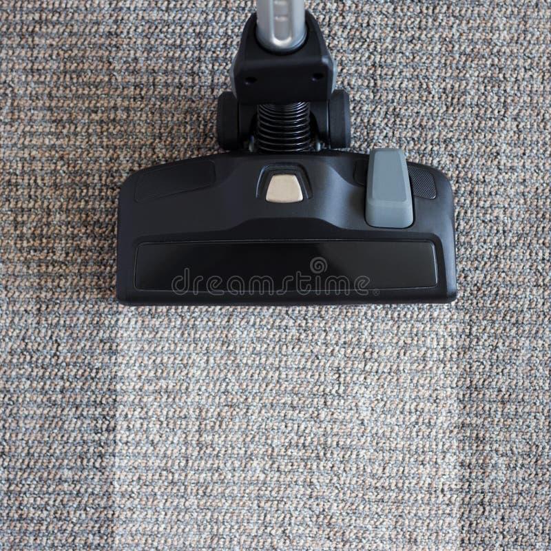 Housekeeping przed i po pojęciem - nowożytny próżniowy cleaner ov zdjęcia royalty free