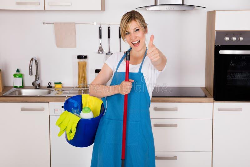 Housemaid Pokazuje aprobaty W kuchni obrazy royalty free
