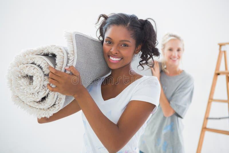 Housemates die opgerolde deken dragen stock afbeeldingen