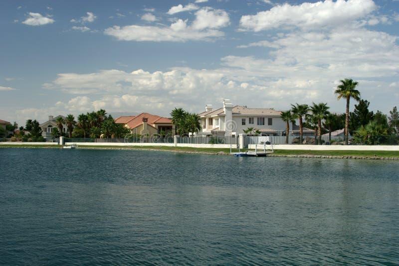 houses lakefrontpalmträd royaltyfria foton