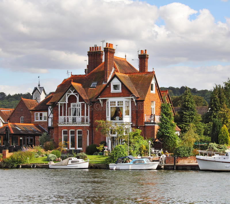 houses mooringsflodstranden royaltyfria bilder