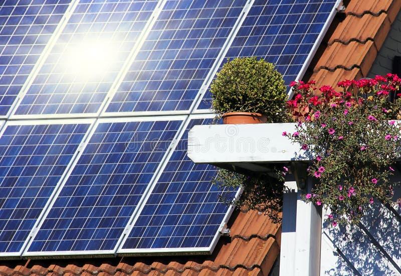 Housetop com solar imagens de stock royalty free