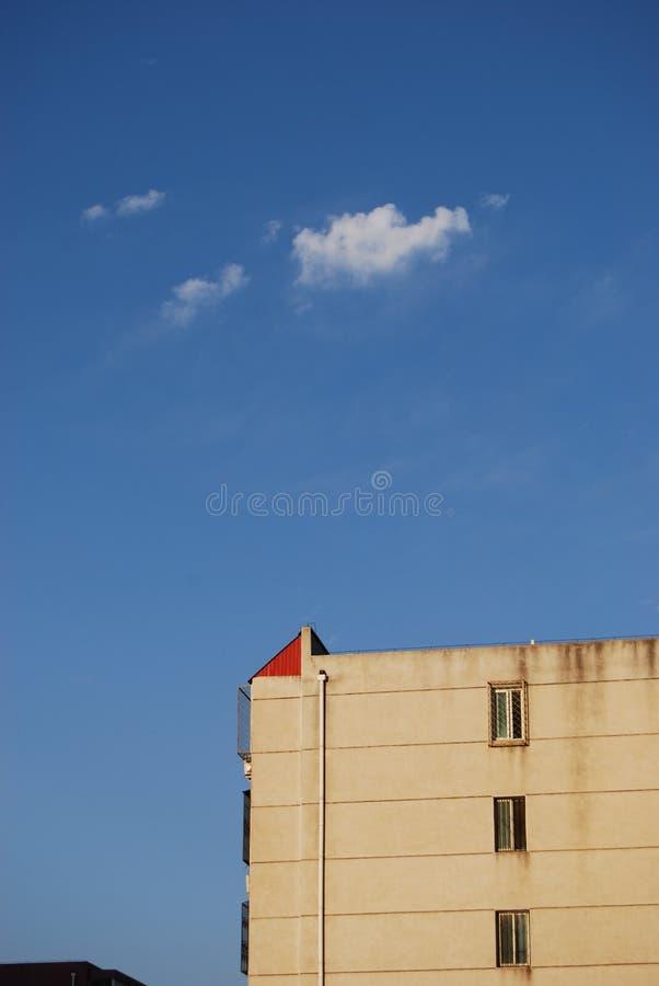 Housetop e céu vermelhos foto de stock royalty free