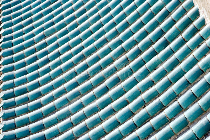 Housetop feito de telhas azuis cianas do esmalte foto de stock royalty free
