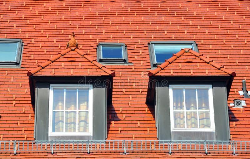 Housetop met met puntgevel vensters royalty-vrije stock afbeelding