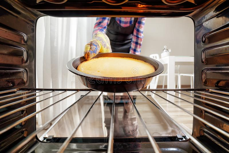 Taking Cake Out Oven Stock Images - Download 65 Royalty Free