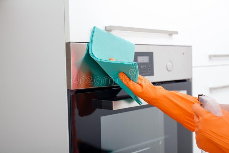 Housework het opruimen van en het schoonmaken van de for Keuken schoonmaken