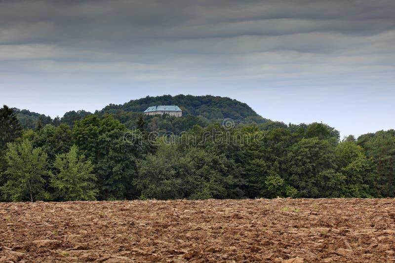 Houska kasztel w republika czech, cyganeria, Europa Twierdzi kasty, hiden w zielonym lesie, zmrok popielate chmury Basztowy dom w zdjęcie stock