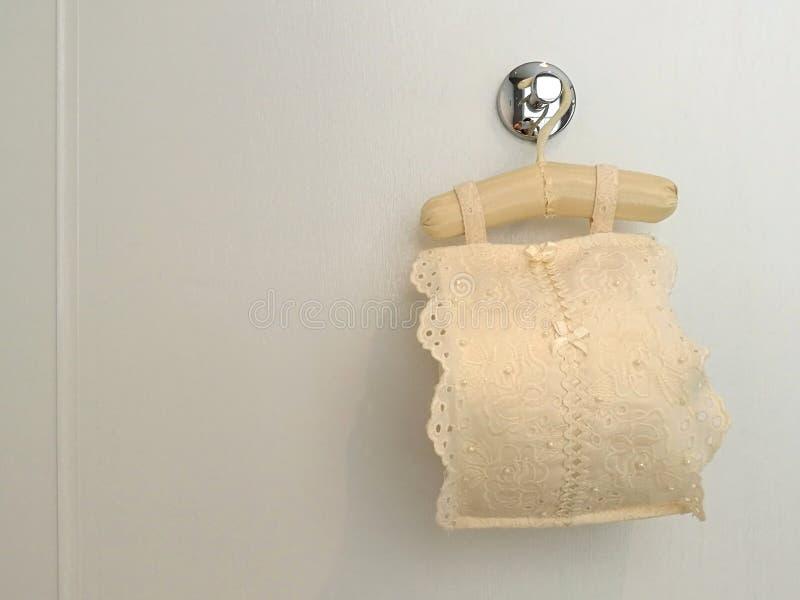 Housse en toile de dentelle de tissu de tissu de petit pain avec le petit pain de papier hygiénique pour l'intérieur sanitaire ac images stock
