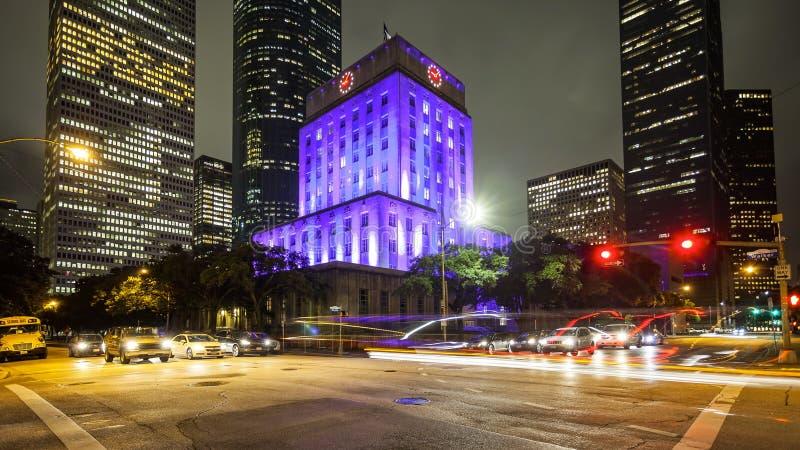 Houston City Hall & trafik på natten i i stadens centrum Houston, Texas royaltyfri foto
