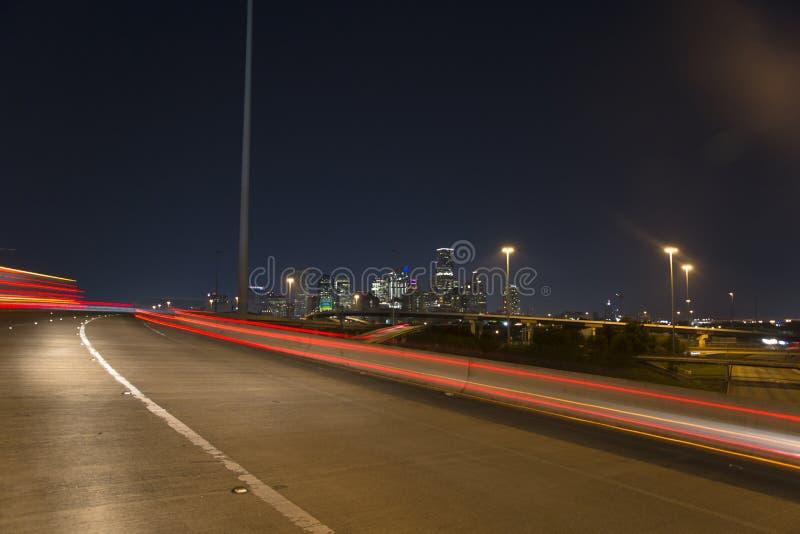 Houston del centro dall'autostrada senza pedaggio 10 alla notte fotografie stock libere da diritti