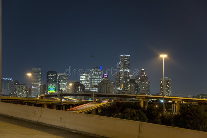 Houston del centro dall'autostrada senza pedaggio 10 alla notte fotografia stock