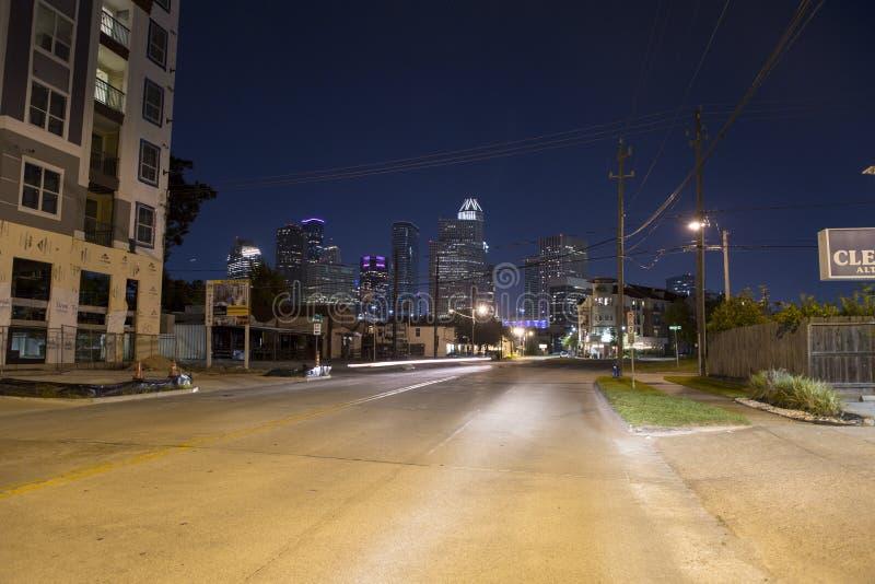 Houston del Midtown en la noche fotos de archivo