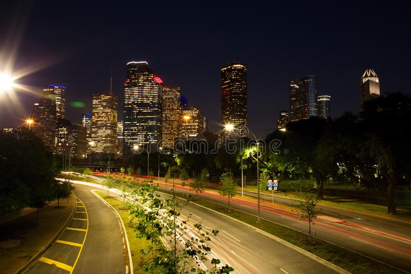 Houston Downtown Skyline Illuminated à l'heure bleue image stock