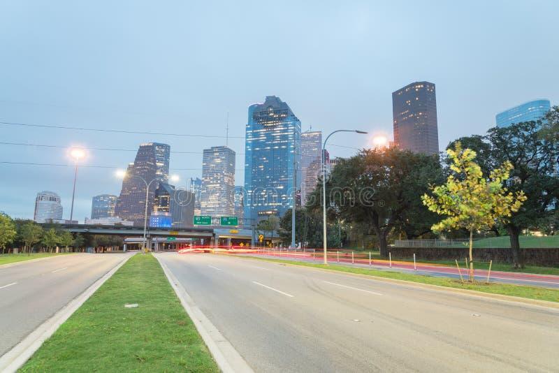 Houston Downtown van Allen Parkway bij blauw uur royalty-vrije stock foto's