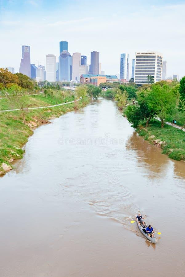 Houston Downtown y el río Brazos en día nebuloso fotografía de archivo libre de regalías