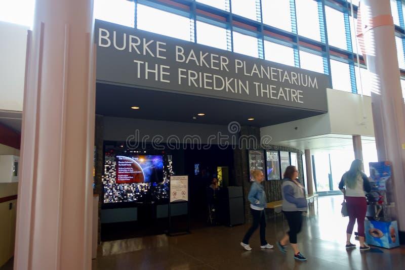 HOUSTON, EUA - 12 DE JANEIRO DE 2017: Povos não identificados que andam perto do planetário de Burke Baker no Museu Nacional de n fotografia de stock