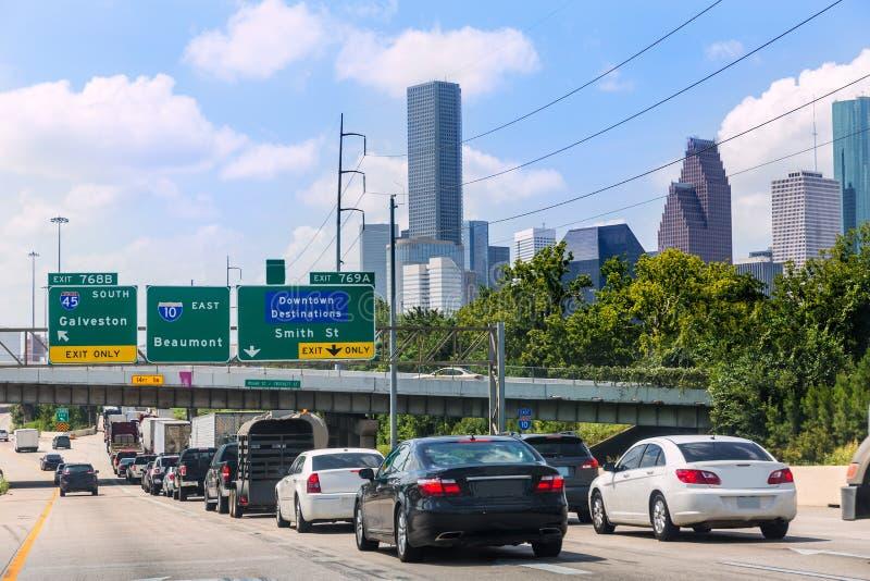 Houston Fwy trafik 10 som är mellanstatlig i Texas USA arkivfoton