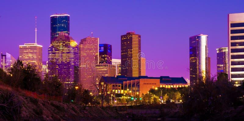 Houston horisont under solnedgång med upplysta skyskrapor royaltyfri fotografi