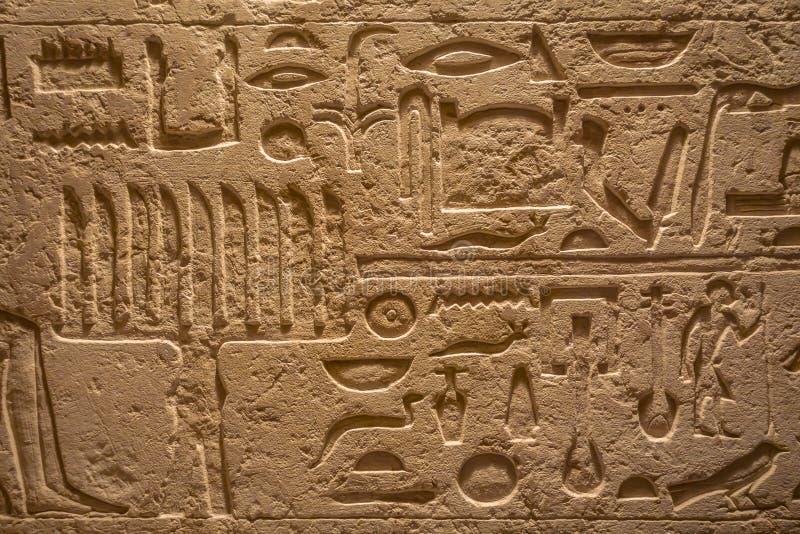 HOUSTON, LOS E.E.U.U. - 12 DE ENERO DE 2017: Arte egipcio en la pared expuesta en el área de Egipto antiguo en el Museo Nacional  fotografía de archivo