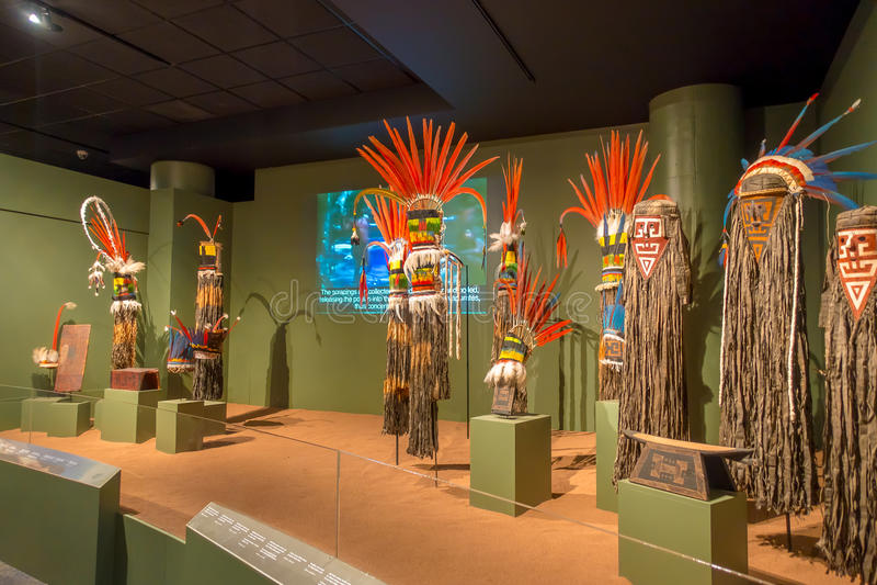 HOUSTON, LOS E.E.U.U. - 12 DE ENERO DE 2017: Exposición de la ropa india nacional con los sombreros emplumados en el Museo Nacion imagen de archivo libre de regalías