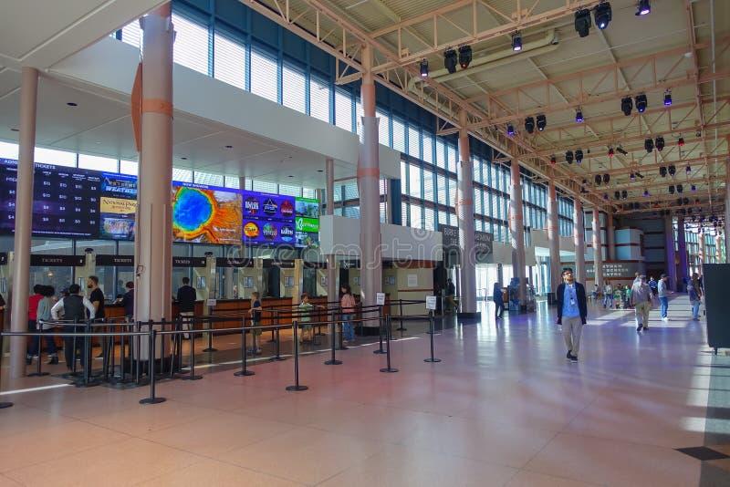 HOUSTON, LOS E.E.U.U. - 12 DE ENERO DE 2017: Gente no identificada que camina en el pasillo en el Museo Nacional de la ciencia na fotos de archivo