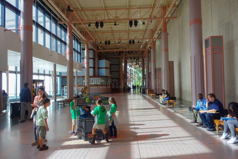 HOUSTON, LOS E.E.U.U. - 12 DE ENERO DE 2017: La gente no identificada que camina en el pasillo, con algunos niños alista y muestr foto de archivo