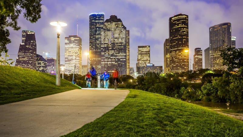 Houston miasta linia horyzontu przy nocą & ludzie w parku zdjęcia royalty free