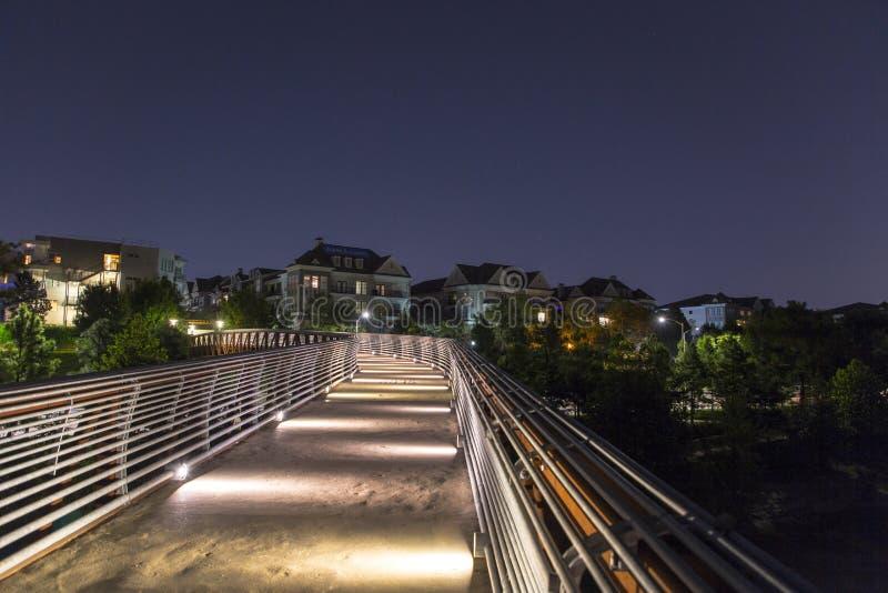 Houston mieszkaniowy od bawoliego zalewisko parka przy nocą zdjęcia royalty free