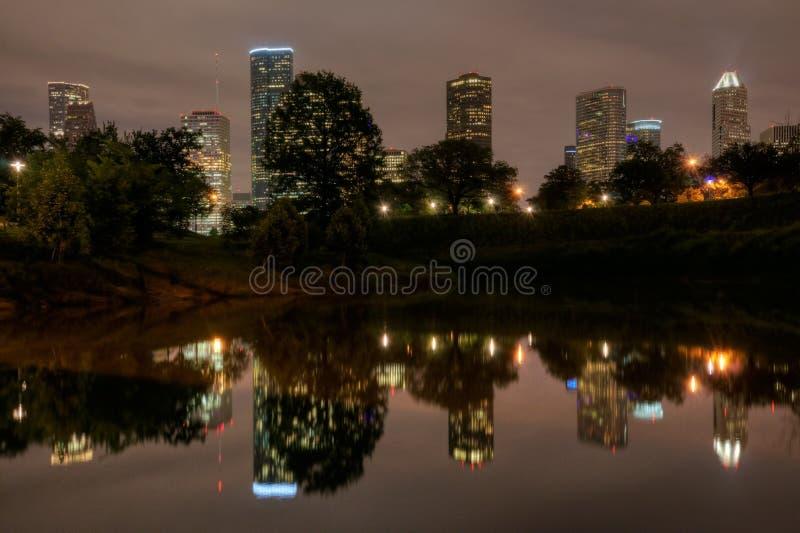 Houston Skyline Reflecting na albufeira do búfalo na noite imagens de stock