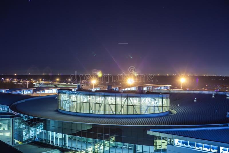 HOUSTON, TX - 14 de janeiro de 2018 - opinião George Bush Intercontinental Airport Terminal E na noite com janelas brilhantes e b imagens de stock