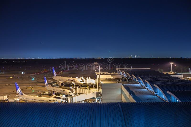 HOUSTON TX - JANUARI 14, 2018 - flygplan från United Airlines anslöt på terminal E på George Bush Intercontinental Airport på n arkivbilder