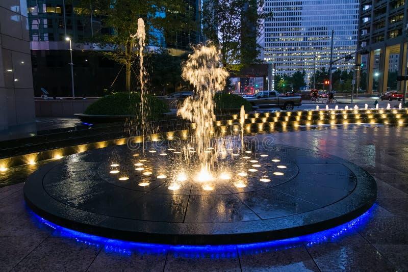 Houston, TX/USA - circa Juli 2013: Fontein met lichten en verlichting in Houston Van de binnenstad, Texas stock foto's