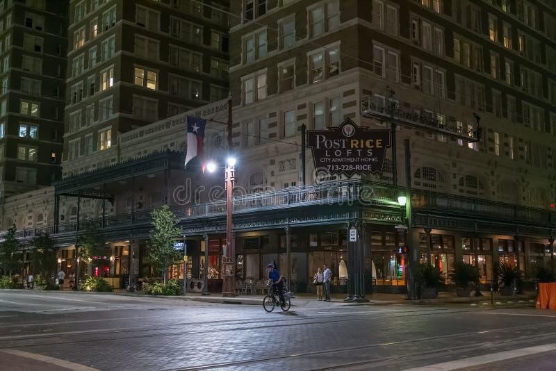 Houston, TX/USA - vers en juillet 2013 : Rues de Houston du centre, le Texas par nuit photographie stock