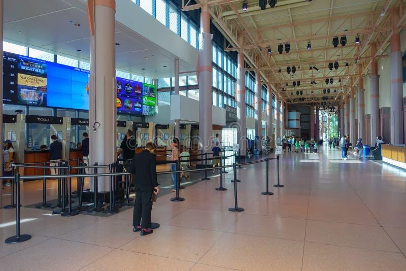 HOUSTON, usa - STYCZEŃ 12, 2017: Niezidentyfikowani ludzie chodzi w sala przy muzeum narodowym Naturalna nauka wewnątrz zdjęcie stock