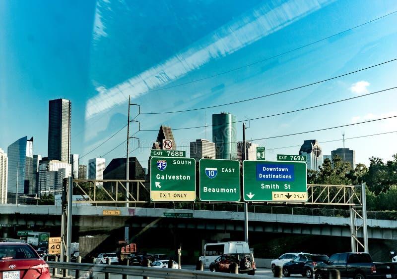 Houston-Verkehr und im Stadtzentrum gelegene Skyline stockfotografie