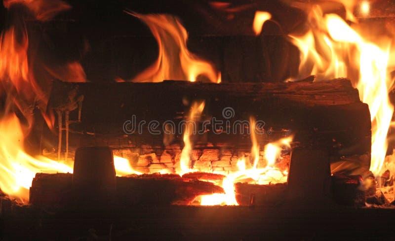 Hout die in hete brandschoorsteen branden stock foto